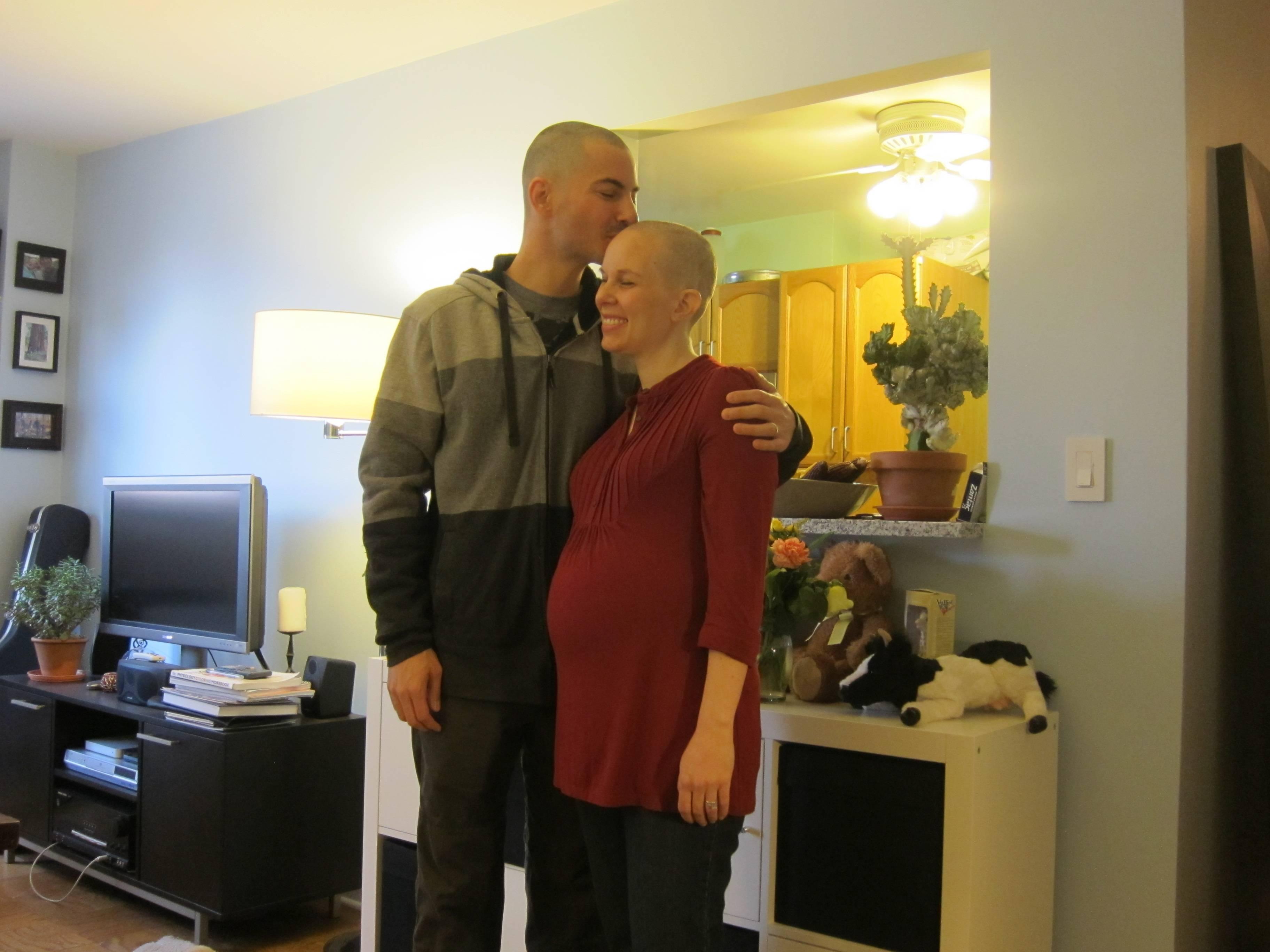 Marido raspa a cabeça  para apoiar mulher com câncer