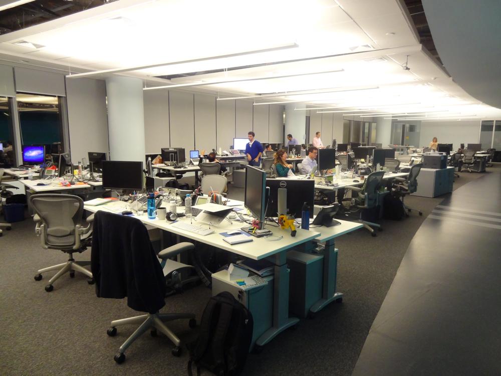 As mesas podem ser levantadas para que os funcionários possam trabalhar em pé. (Foto: Renê Fraga)