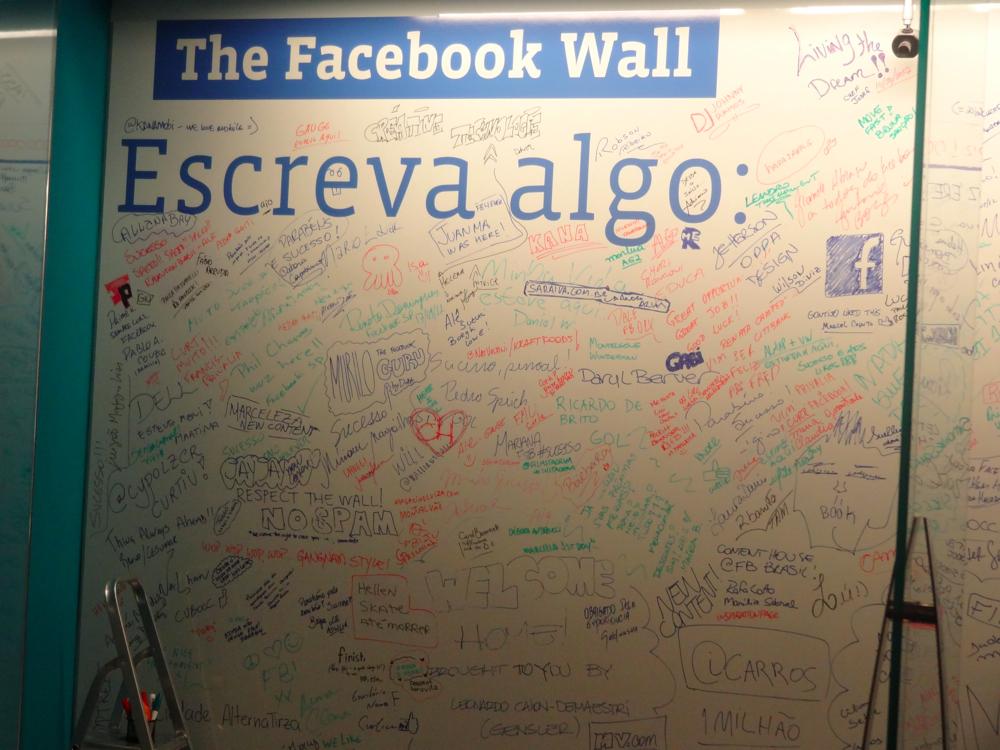 """Parede em estilo de """"quadro branco"""" para que funcionários e visitantes escrevam algo (Foto: Renê Fraga/TechTudo)"""