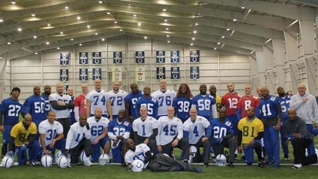 Jogadores do Indianapolis Colts raspam a cabeça em homenagem ao seu treinador que luta contra uma leucemia (Foto: Reprodução/BuzzFeed Sports)