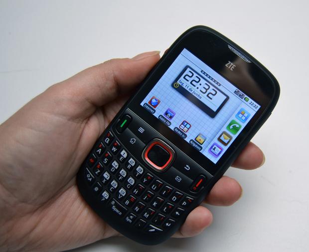 Smartphone ZTE V821 cabe bem na mão, mas tela deixa a desejar (Foto: Stella Dauer)