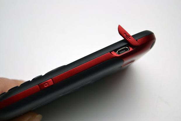 Botão da câmera e conexão micro USB protegida (Foto: Stella Dauer)