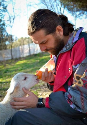 O fotógrafo Jon Amad alimentando filhote ovino (Foto: Reprodução)