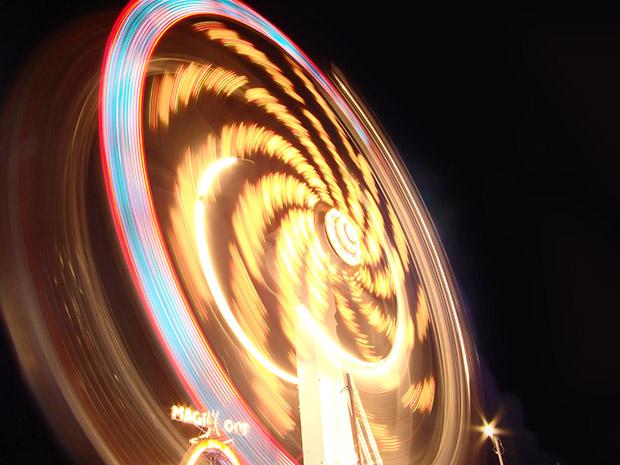 Fotografia do Kamikaze em um parque de diversões, com 4 segundos de exposição, F8 e ISO 80 (Foto: Adriano Hamaguchi)