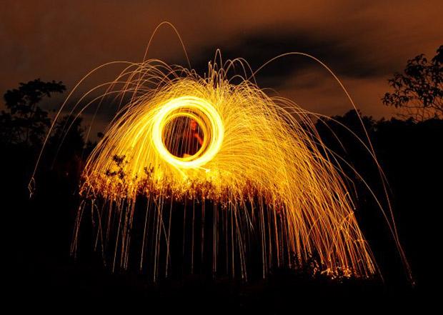 Fotografia de esponja de aço em chamas em movimentos circulares, com tempo de exposição de  39 segundos, F11 e ISO 200 (Foto: Vinicius Carvalho)
