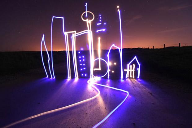 Imagem de cidade desenhada por luzes de led e fotografada utilizando exposição de 30 segundos (Foto: Michael Bosanko)