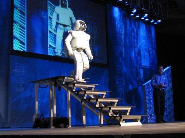 Asimo, da Honda, descendo escadas durante demostração (Foto: Reprodução)