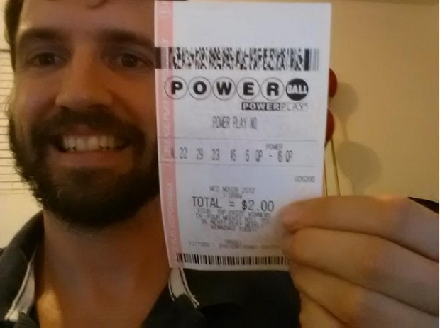 Nolan Daniels divulgando falso bilhete da loteria em seu Facebook (Foto: Reprodução/Nolan Daniels)
