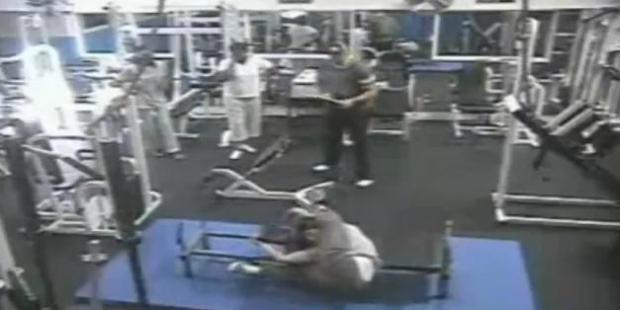 Pessoa cai durante exercício na academia (Foto: Reprodução/YouTube)