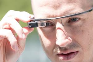 Óculos Google Glass conta com câmera e conexão à internet (Foto: Divulgação)