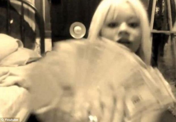 Menina posou com dinheiro em vídeo no YouTube (Foto: Reprodução/Daily Mail)