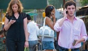 Pesquisa conclui que as pessoas são mais propensas a usar seu aparelho celular quando alguém a sua volta faz o mesmo (Foto: Reprodução/Mashable)