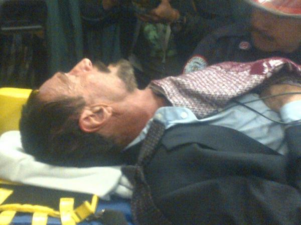 John McAfee sendo levado para hospital (Foto: Reprodução/Twitter)