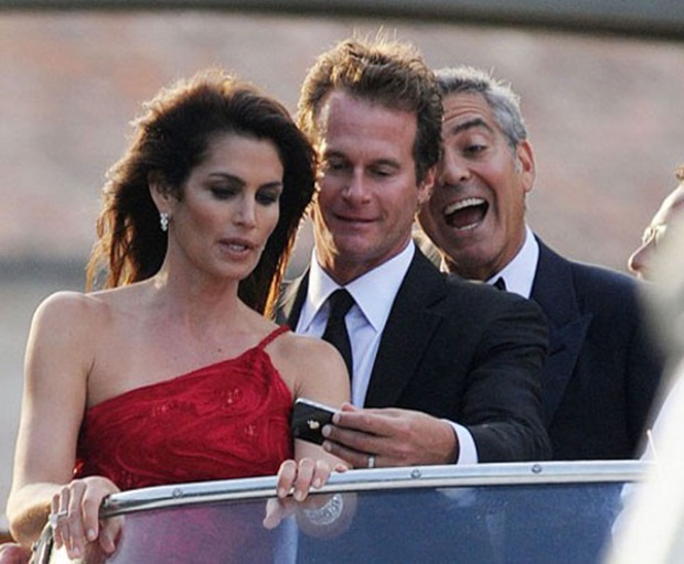 George Clooney fazendo photobombing (Foto: Reprodução)