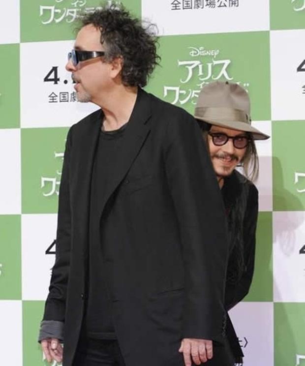 Johnny Depp photobombeando Tim Burton (Foto: Reprodução)