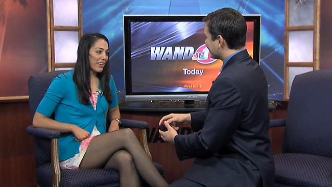 Jornalista pede namorada em casamento ao vivo na TV (Foto: Reprodução)