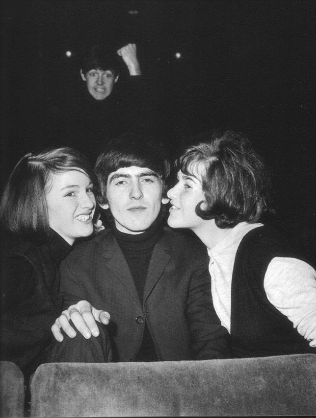 "Paul McCartney ""estraga"" foto de George Harrison  (Foto: Reprodução)"