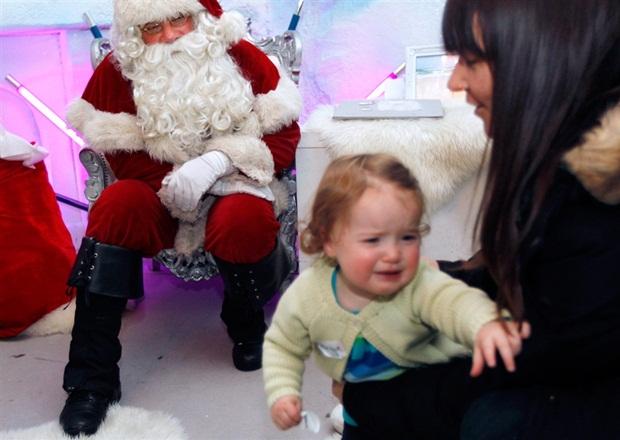 Vestido de papai noel, David Warren assusta criança (Foto: Reprodução/Plunkett/Reuters)