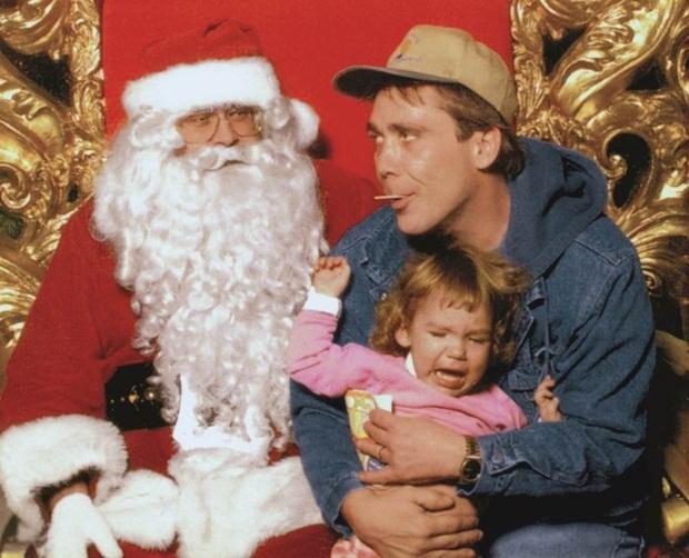 Menina assustada com papai noel e pai real (Foto: Reprodução)
