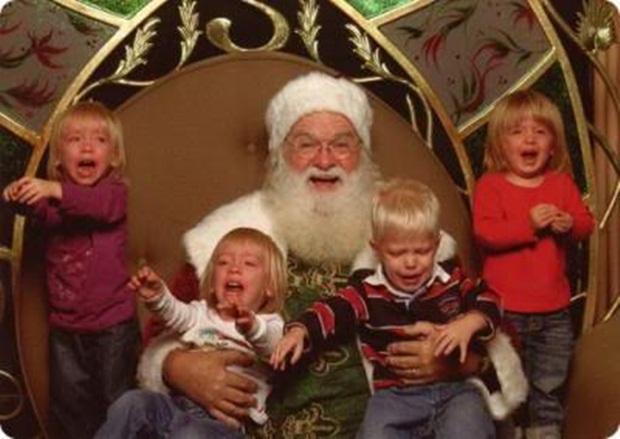 Quatro crianças amedrontadas por papai noel (Foto: Reprodução)