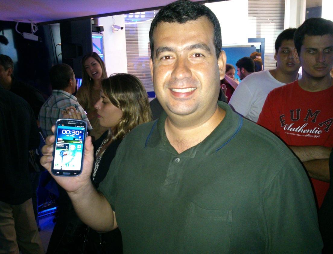 Moisés Peres trocou o Galaxy SIII pelo iPhone 5 (Foto: Marlon Câmara/TechTudo)