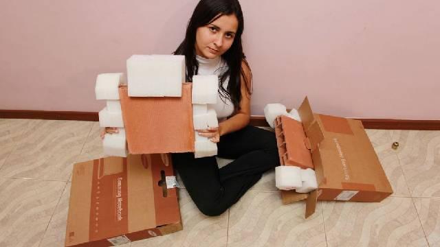 Não bastasse o constrangimento da primeira entrega, a jovem recebeu outro tijolo no lugar da encomenda (Foto: Reprodução/Jornal Extra)