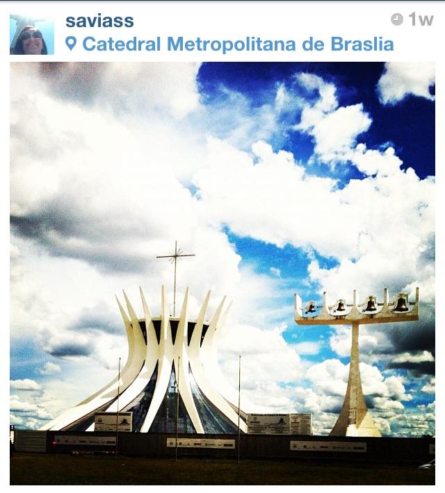 """""""Espero que Brasília seja uma cidade de homens felizes; homens que sintam a vida em toda sua plenitude, em toda sua fragilidade; os homens que compreendem o valor das coisas simples e puras em um gesto"""", Oscar Niemeyer (Foto: @saviass)"""