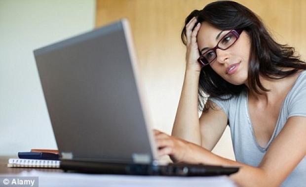 Adultos britânicos vêm perdendo horas de sono e atividade sexual por passar muito tempo na Internet (Foto: Reprodução/Alamy)