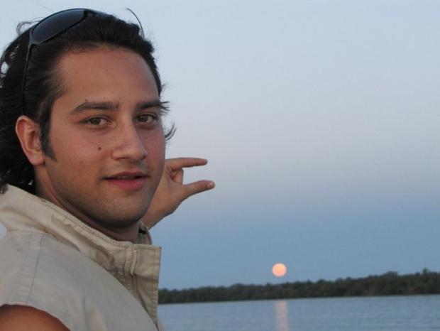 Foto que deu origem ao meme 'Can you please photoshop the sun between my fingers?' (Foto: Reprodução)