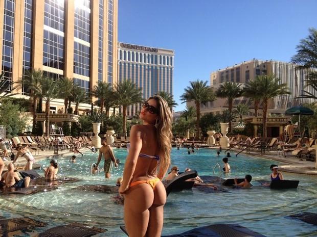 Maíra aparece de biquíni curtindo sol em Las Vegas (Foto: Divulgação)