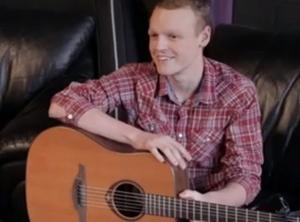 Zack cria uma música como uma forma de dizer adeus a seus amigos e familiares (Foto: Reprodução)