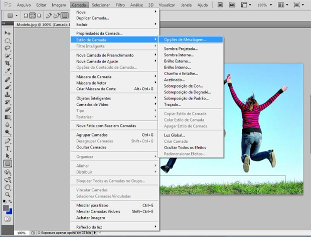 """Caminho para a o recurso """"Opções de Mesclagem"""", localizado no box """"Estilo de Camada"""" do Photoshop (Foto: Reprodução/Ramon Martins)"""
