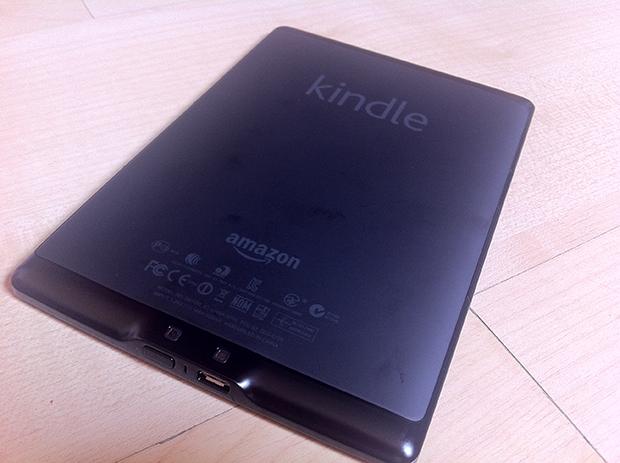 Traseira do Kindle, com conector microUSB em baixo (Foto: André Fogaça)