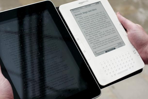 Comparativo o iPad vs Kindle (e-reader) em ambiente externo (Foto: davidderrico.com) (Foto: Comparativo o iPad vs Kindle (e-reader) em ambiente externo (Foto: davidderrico.com))