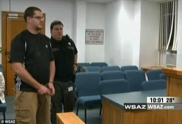 Professor Mullins teve que pagar fiança para ser liberado (Foto: Reprodução)