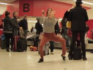 Vídeo mostra mulher dançando em aeroporto e vira hit na internet (Foto: Reprodução)