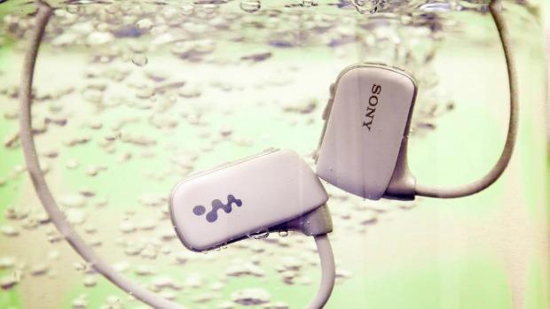 Fone da Sony reproduz música até de baixo d'água (Foto: Reprodução Mashable)
