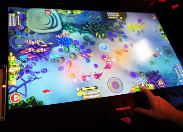 Lenovo Tablet PC sendo usado como plataforma de jogo. (Foto: TechTudo / Nick Ellis)