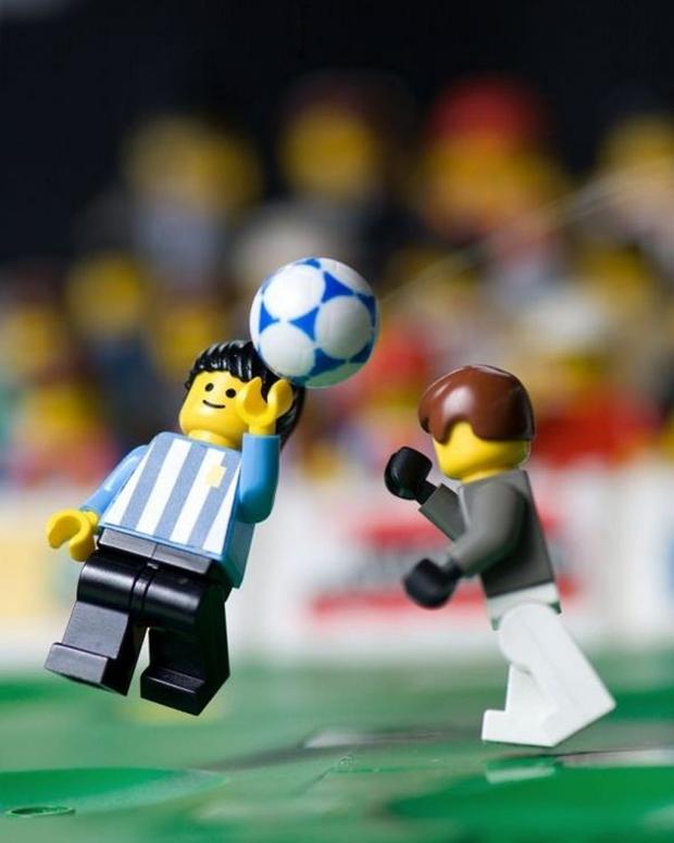 Criação do gol de mão de Maradona em Lego (Foto: Mike Stimpson)