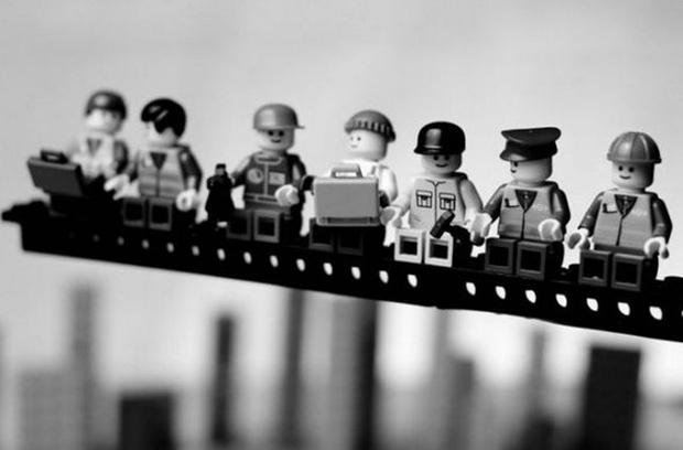 """Reconstrução em Lego da famosa foto """"Almoço no Topo do Arranha-Céu"""", de 1932 (Foto: Mike Stimpson) (Foto: Reconstrução em Lego da famosa foto """"Almoço no Topo do Arranha-Céu"""", de 1932 (Foto: Mike Stimpson))"""