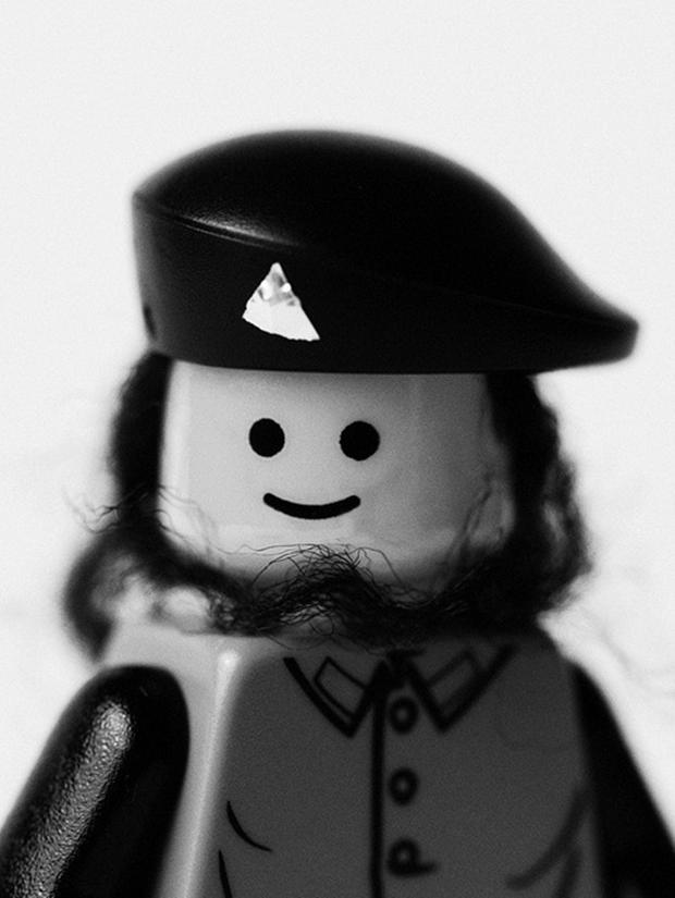 Lego com roupas e cabelos imitando os do líder revolucionário (Foto: Mike Stimpson) (Foto: Lego com roupas e cabelos imitando os do líder revolucionário (Foto: Mike Stimpson))