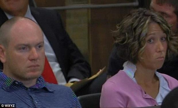 No tribunal Bennan exibe um semblante sério ao lado do seu advogado (foto: reprodução) (Foto: No tribunal Bennan exibe um semblante sério ao lado do seu advogado (foto: reprodução))