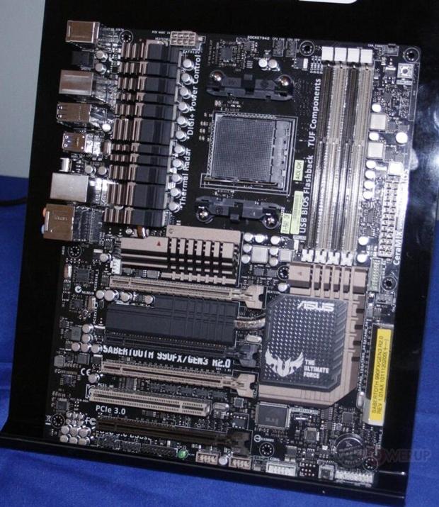 Nova versão da Sabertooth traz a novidade do PCIe 3.0 para o mundo da AMD (Foto: Reprodução)