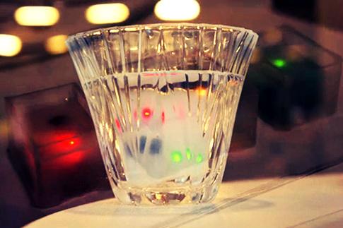 Cubos de gelo indicam com cores a quantidade de álcool ingerido (Foto: Reprodução)