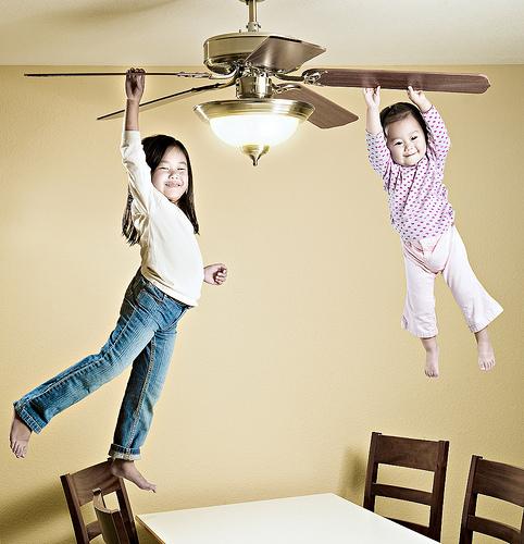 """As filhas de Lee se """"penduram"""" em ventilador em mais uma foto fora do comum (Foto: Jason Lee)"""