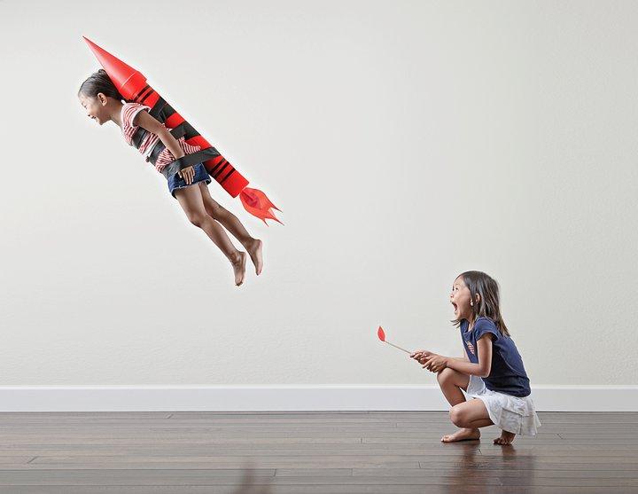"""As meninas Kristin e Kayla posam brincando com """"foguete"""" em foto do pai (Foto: Jason Lee)"""