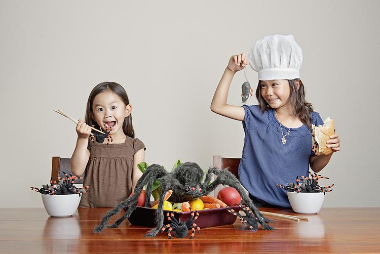 Kristin e Kayla em um inusitado momento culinário (Foto: Jason Lee)