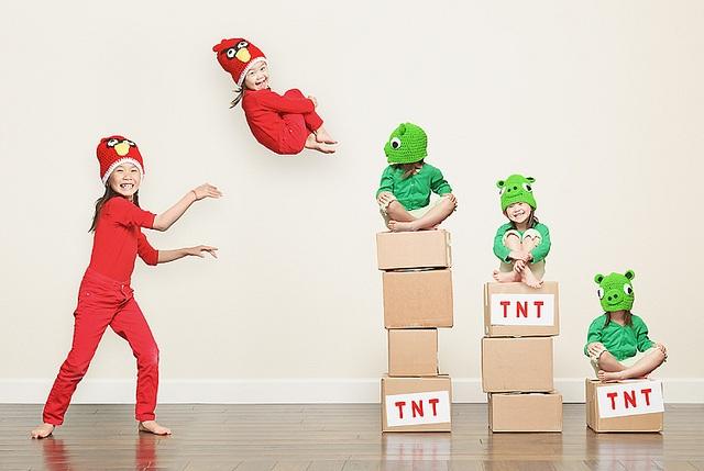 Meninas simulam o famoso jogo Angry Birds (Foto: Jason Lee)