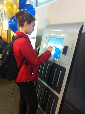 Máquina disponibiliza notebooks para os alunos (Foto: Reprodução)