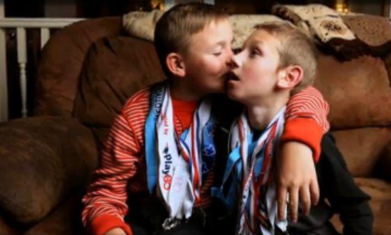 Os irmãos Connor e Cayden (Reprodução)